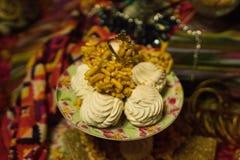 Oostelijke snoepjes in een vaas stock afbeeldingen