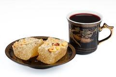 Oostelijke snoepjes met koffie en suikergoed op een witte achtergrond Stock Afbeelding