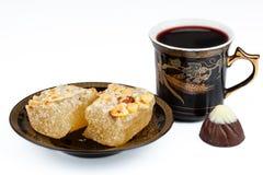 Oostelijke snoepjes met koffie en suikergoed op een witte achtergrond Royalty-vrije Stock Afbeelding