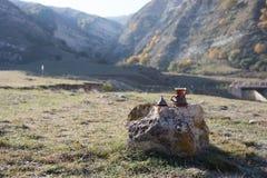 Oostelijke zwarte thee op achtergrond van glas de openluchtbergen Oostelijk theeconcept Armudu traditionele kop Groene backgrou v stock afbeeldingen