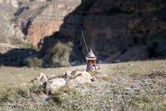Oostelijke zwarte thee op achtergrond van glas de openluchtbergen Oostelijk theeconcept Armudu traditionele kop Groene backgrou v stock foto's