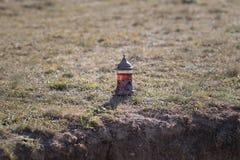 Oostelijke zwarte thee op achtergrond van glas de openluchtbergen Oostelijk theeconcept Armudu traditionele kop Groene backgrou v royalty-vrije stock foto