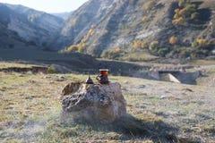 Oostelijke zwarte thee op achtergrond van glas de openluchtbergen Oostelijk theeconcept Armudu traditionele kop Groene backgrou v royalty-vrije stock foto's