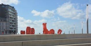 OOSTENDE, BELGIË-SEPTEMBER 2015: Rotsvreemdelingen, door Arne Quinze Controversiële werk van kunst op seabank van Oostende, Belgi Stock Foto's
