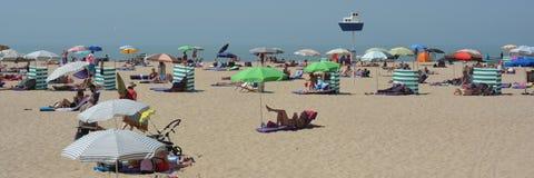 OOSTENDE, BELGIEN - 19. Juni 2017: Sonniger Strand stockbilder
