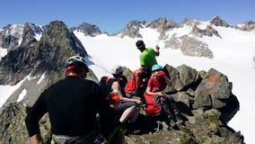 oostenrijk Alpien gebied ` Stubai ` Een groep klimmers bovenop ` Rinnenspitze ` 3000 m stock foto
