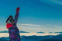Oostenrijk - Snowboarder-het Meisje met een hand rised omhoog royalty-vrije stock fotografie