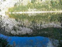oostenrijk Spiegelbezinning van de Alpiene berg in het meer stock afbeeldingen