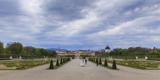 OOSTENRIJK, WENEN - APRIL 17.2016: Tuinen van Belvedere Paleis in Vi royalty-vrije stock foto