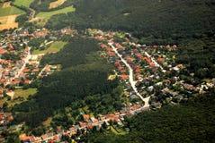 Oostenrijks die dorp en bos van een vliegtuig wordt gezien royalty-vrije stock afbeeldingen
