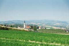 Oostenrijks dorp met kerk royalty-vrije stock fotografie