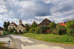 Oostenrijks dorp Perndorf in de herfst Stiermarken, Oostenrijk royalty-vrije stock afbeelding