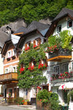 Oostenrijks oever van het meerdorp van Hallstatt Stock Foto's