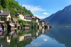 Oostenrijks oever van het meerdorp van Hallstatt Stock Afbeelding
