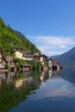 Oostenrijks oever van het meerdorp van Hallstatt Royalty-vrije Stock Foto