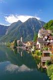 Oostenrijks oever van het meerdorp van Hallstatt Royalty-vrije Stock Afbeeldingen