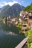 Oostenrijks oever van het meerdorp van Hallstatt Royalty-vrije Stock Fotografie