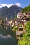 Oostenrijks oever van het meerdorp van Hallstatt Royalty-vrije Stock Foto's