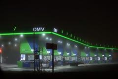 Oostenrijks OMV-benzinestation met exemplaarruimte royalty-vrije stock fotografie