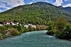 Oostenrijkse alp-Mening aan rivierherberg in stad Pfunds Royalty-vrije Stock Foto's