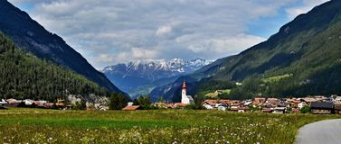 Oostenrijkse alp-Panoramische mening aan stad Pfunds Royalty-vrije Stock Afbeeldingen