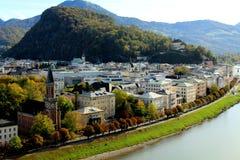 Oostenrijkse Alpen en Salzach-Rivier van Salzburg, Oostenrijk in de Herfst royalty-vrije stock foto