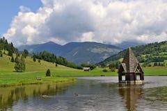 Oostenrijkse Alpen - kerk in water Stock Afbeelding