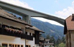 Oostenrijkse Brenner Autobahn door weinig dorp Stock Foto