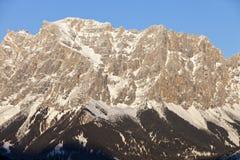 Oostenrijkse die Alpen, bergketen in de sneeuw, de winter wordt behandeld Stock Fotografie