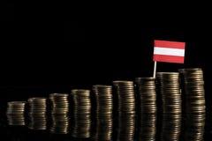Oostenrijkse die vlag met partij van muntstukken op zwarte wordt geïsoleerd royalty-vrije stock fotografie