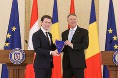 Oostenrijkse Kanselier Sebastian Kurz, verlaten, met Roemeense President Klaus Iohannis royalty-vrije stock afbeeldingen