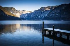 Oostenrijkse meer en bergen in Hallstatt dichtbij Salzburg Royalty-vrije Stock Foto