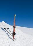 Oostenrijkse, Slechte Gastein Skis met stokken die zich in de sneeuw bevinden Royalty-vrije Stock Fotografie