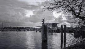 Oosterdok运河的黑白图片在中心  免版税库存照片