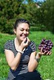 Oosters meisje met druif Royalty-vrije Stock Afbeelding