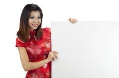 Oosters meisje met leeg teken Stock Afbeeldingen