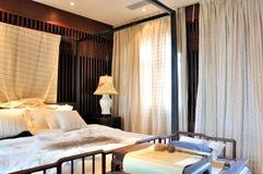 Oosters slaapkamerbinnenland en meubilair Stock Afbeeldingen