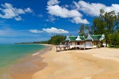 Oosterse architectuurvakantiewoning op het strand Stock Afbeelding