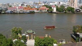 Oosterse boot die op rivier in Krungthep-stad drijven Modern vervoerschip die op kalme Chao Praya-rivier op zonnig drijven stock footage
