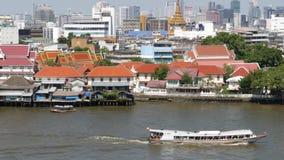 Oosterse boot die op rivier in Krungthep-stad drijven Modern vervoerschip die op kalme Chao Praya-rivier op zonnig drijven stock videobeelden