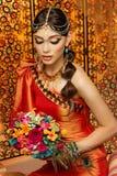 Oosterse bruid met boeket Stock Foto