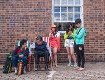 Oosterse familie die op verschillende manieren communiceren Royalty-vrije Stock Foto's