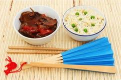 Oosterse maaltijd op een mat bamboe Royalty-vrije Stock Afbeeldingen