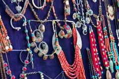 Oosterse parels en zilveren toebehoren in de bazaar Stock Fotografie