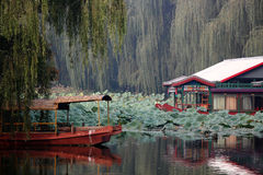 Oosterse park en boot Royalty-vrije Stock Foto