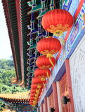Oosterse rode die lantaarns op een tempel worden gehangen royalty-vrije stock foto's