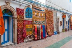 Oosterse tapijten en stoffen in Essaouira Stock Foto's