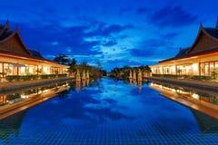 Oosterse toevlucht in Thailand bij nacht Stock Afbeeldingen