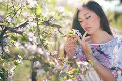 Oosterse vrouw en de lentebloemenschoonheid Royalty-vrije Stock Afbeeldingen