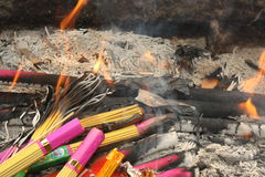 Oosterse Wierook in brand stock afbeelding